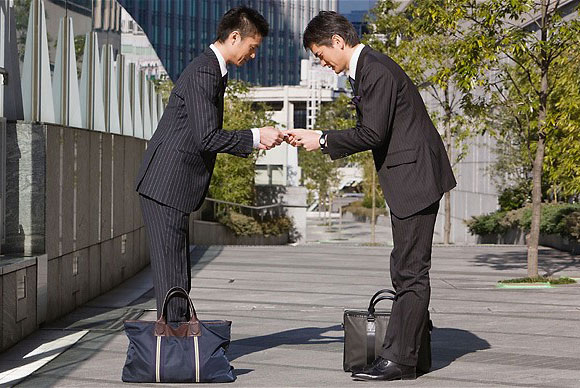 japan-businessmen-bow-1